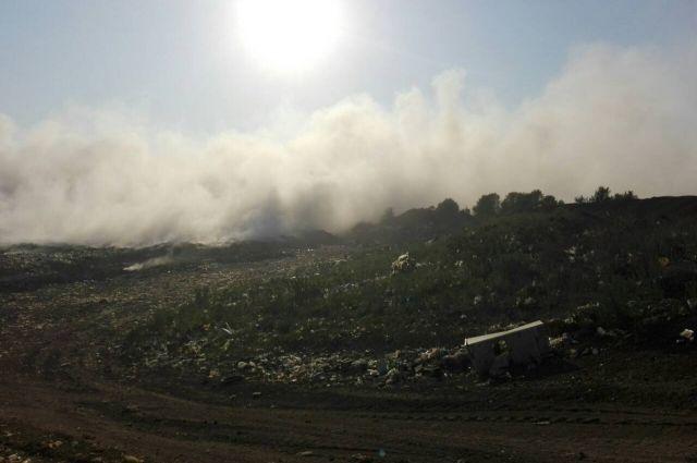 Оренбуржцы предполагают, что горит городская свалка.