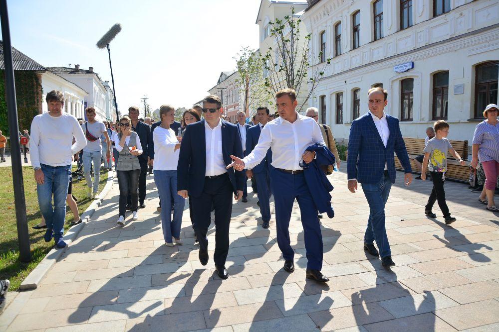 Губернатор Тульской области Алексей Дюмин прогуливается по улице Металлистов