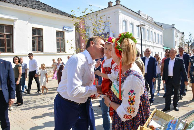 Губернатор региона общается с жителями города.