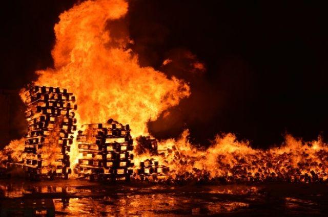 Огонь поглотил все: в Днепре на предприятии вспыхнул крупный пожар