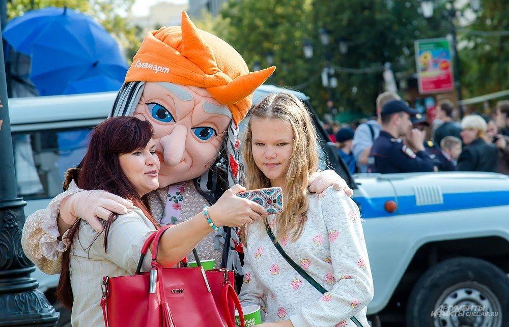 На Кировке горожане могли сфотографироваться со сказочным персонажем.