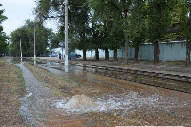 В Николаеве прорвало водопровод: пол-города остались без воды