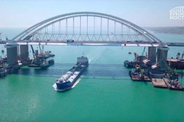 Разбито освещение и дорога: плавучий кран повредил Керченский мост