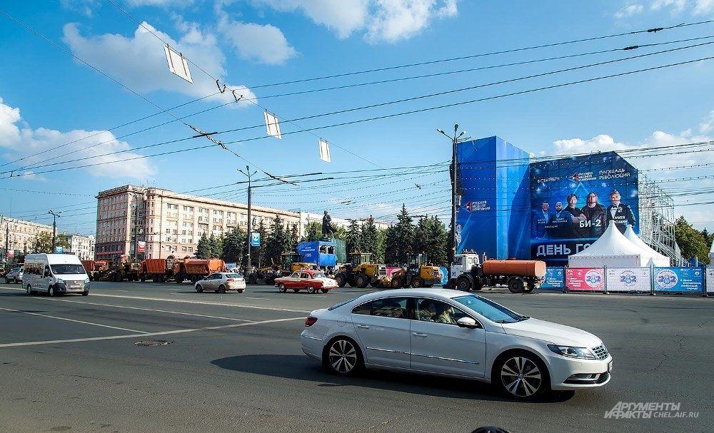 На площади Революции большая сцена ждёт главного музыкального события дня - концерта группы Би-2.