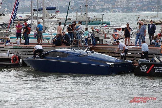 «Сагарис» - дорогущий (от 320 тыс. евро) и очень скоростной (до 130 км/ч) катер на подводных крыльях, разработанный в ЦКБ им. Р. Е. Алексеева