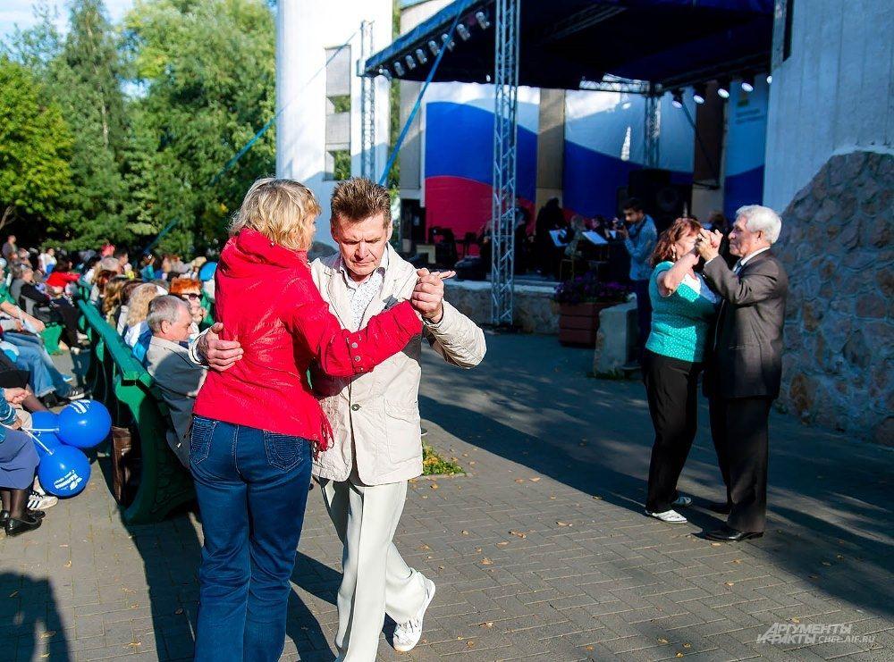Под хорошую музыку на месте не усидишь - зрители принимались танцевать.