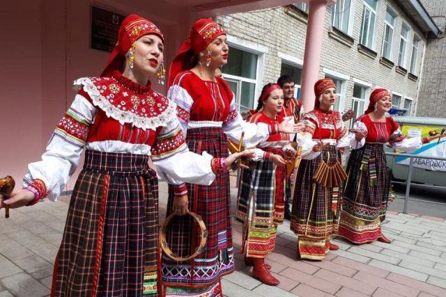 Мини-концерты создают на участках праздничную атмосферу