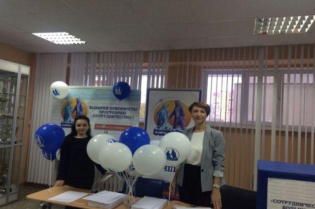 В Новом Уренгое 18-летним избирателям дарят сувениры