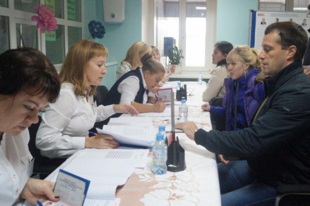 Известные жители Югры (ветераны-нефтяники, политики и спортсмены) проголосовали в числе первых. На фото - сенатор Эдуард Исаков.