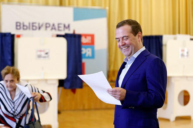Премьер-министр Дмитрий Медведев на избирательном участке в районе Раменки.