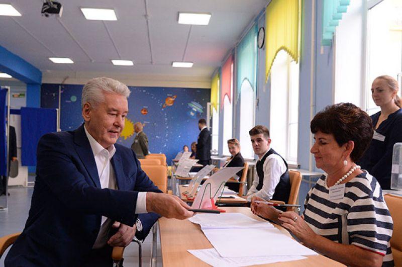 Мэр Москвы Сергей Собянин в единый день голосования на избирательном участке в Москве.