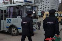 Журналиста задержали сотрудники полиции и посадили в автозак, несмотря на наличие у него удостоверения и редакционного задания.