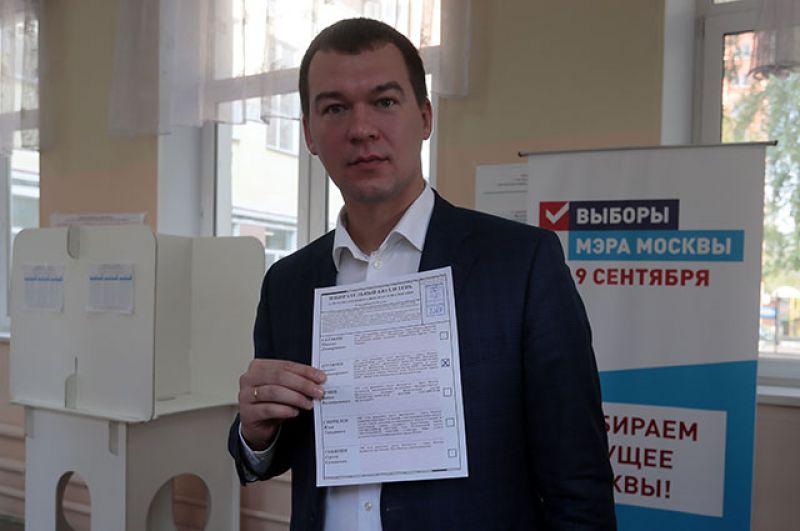 Кандидат в мэры Москвы от ЛДПР Михаил Дегтярев в единый день голосования на избирательном участке в Москве.