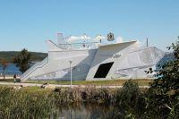 """В павильоне оборудовано """"рабочее место авиастроителя"""", где каждый посетитель может сам изготовить памятные сувениры - самолёты."""