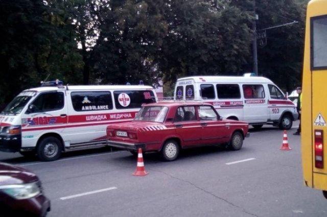 В Сумах авто сбило мать с ребенком: мальчика зажало под колесами машины
