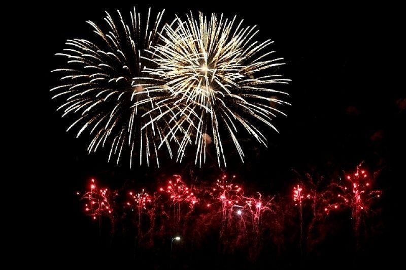 Пиротехники из США запустили в небо змеек, римские свечи и мерцающие облака.