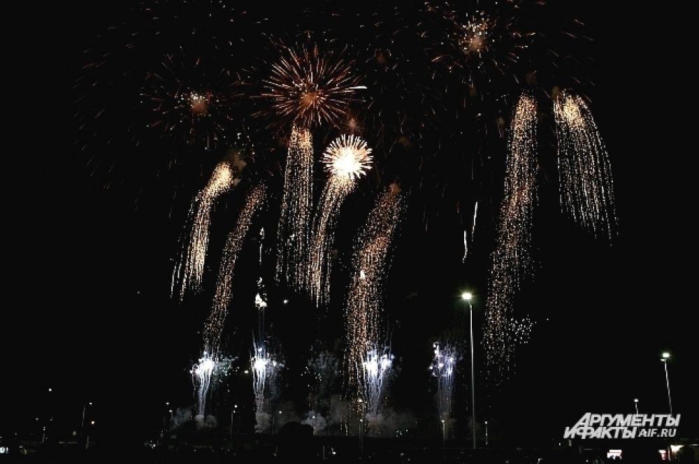 Площадку первого дня Мирового чемпионата фейерверков посетили 15 тысяч зрителей.