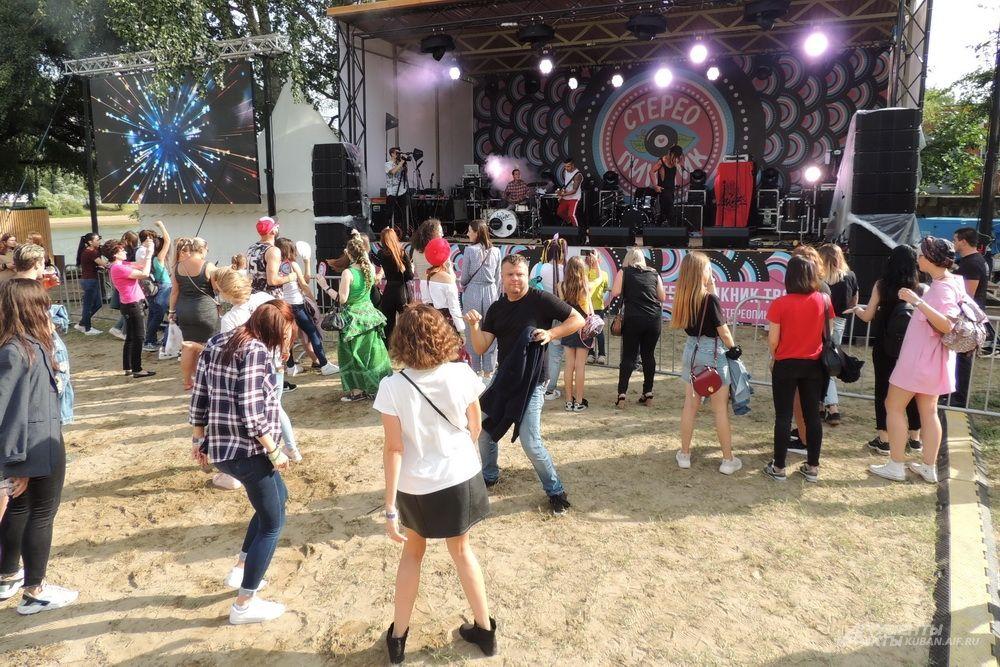 Танцы возле главной сцены фестиваля.