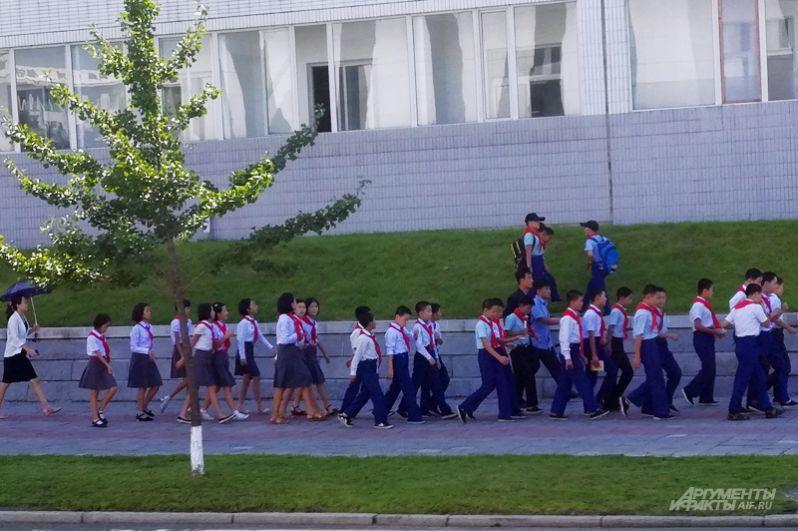 Школьники на улицах Пхеньяна.