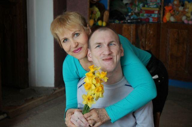 Федор Ивченко не может без помощи матери выйти из дома.
