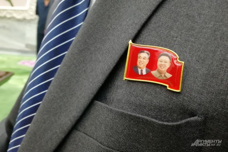 Значки с портретами отцов нации – непременный атрибут настоящего патриота.
