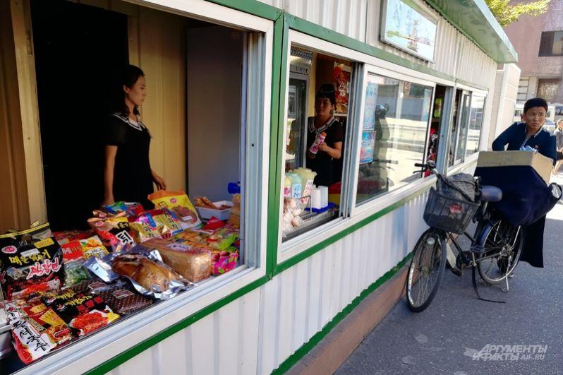В магазинчиках, на рынках и торговых киосках продают достаточно всякой еды и напитков.