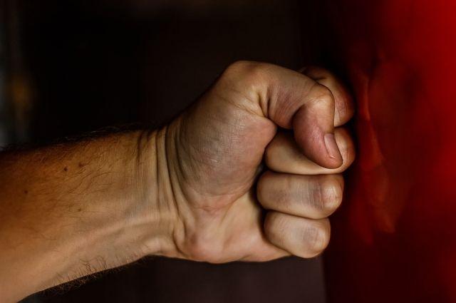 Когда женщина начала кричать и стучать в двери соседних квартир, обвиняемый ударил её по лицу и выбежал из подъезда.