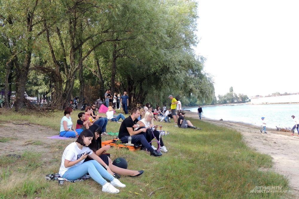 Одно из преимуществ фестиваля - возможность посидеть на берегу реки.