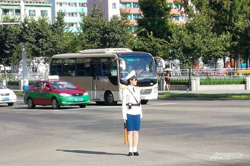 Красивые девушки — регулировщицы стоят на многих перекрестках днем и ночью, даже там, где есть светофоры.