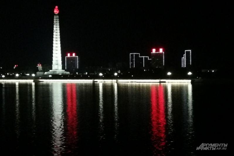 Вечером в столице приглушенное освещение, красиво подсвечены лишь символические объекты — например, громадный Монумент идей чучхе и гостиница Рюгён.