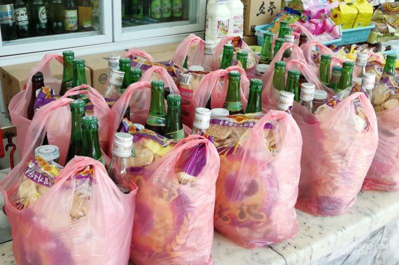 Продуктовые наборы: 2 бутылки пива, бутылка водки, закуска.