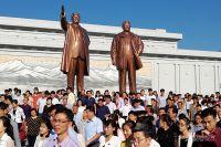 Массовое возложение цветов к монументу Ким Ир Сена и Ким Чен Ира.