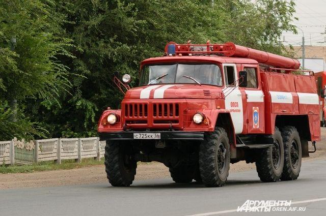 В Оренбурге 9 пожарных тушили пристройку на пр. Братьев Коростелевых.