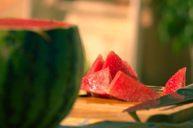 Чтобы ускорить закваску, нужно проткнуть арбуз вилкой или вязальной спицей.