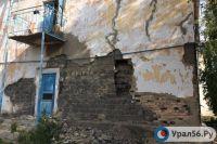 В Орске во время капремонта разрушилась часть стены жилого дома.