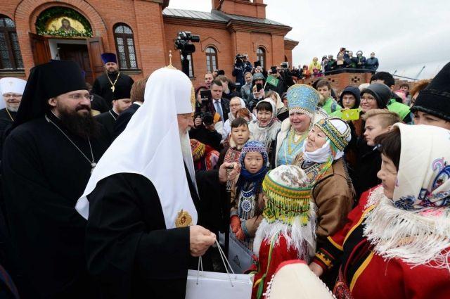 Патриарх читал молебны местному населению.
