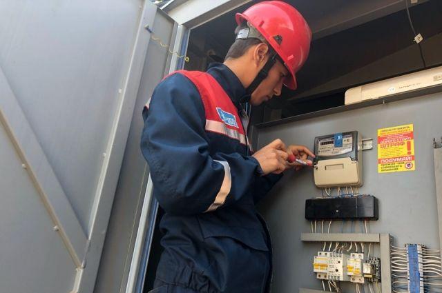 В Оренбурге энергетики провели плановые проверки узлов учета юридических лиц.