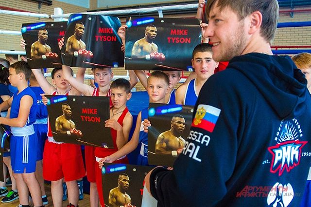 Встреча с легендами мирового бокса надолго запомнится мальчишкам из небольшого уральского городка.