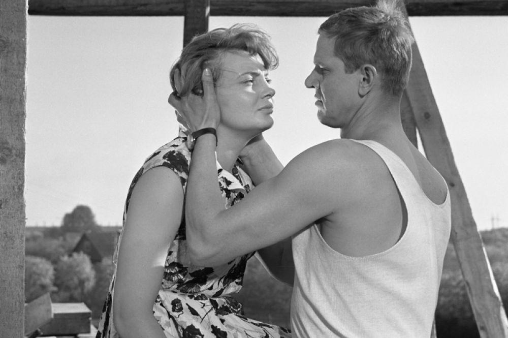 В двухсерийном фильме «Рабочий поселок», поставленным в 1965 году режиссером Владимиром Венгеровым по одноимённой повести Веры Пановой, Дорониной досталась роль Полины.
