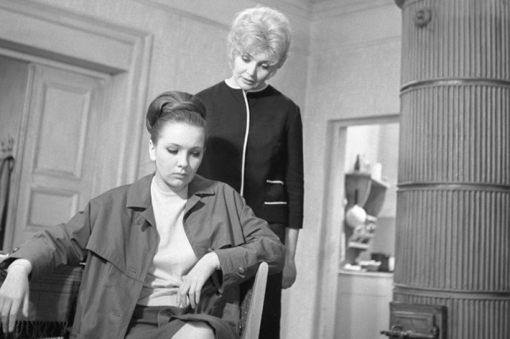В 1966 году на экраны вышел полюбившийся многими фильм «Старшая сестра». Старшую из сирот в этом фильме сыграла Татьяна Доронина, за эту роль она была признана актрисой года журналом «Советский экран».