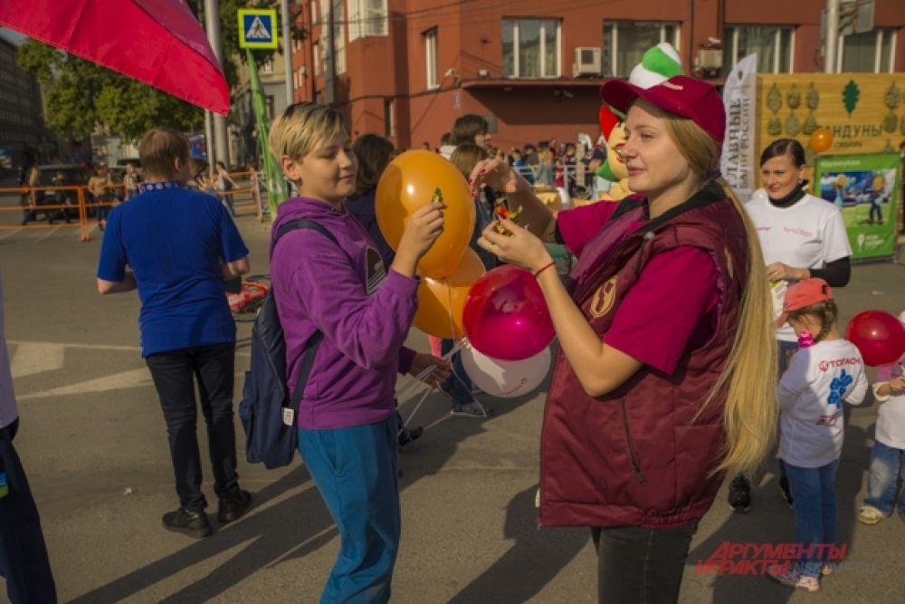 Гостям дарили воздушные шары.