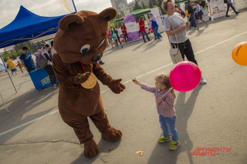 Малышей развлекал милый мишка Шоколадной фабрики
