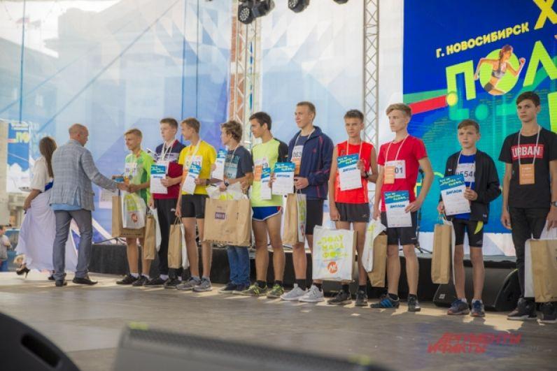 Тем временем, на сцене наградили победителей марафона.