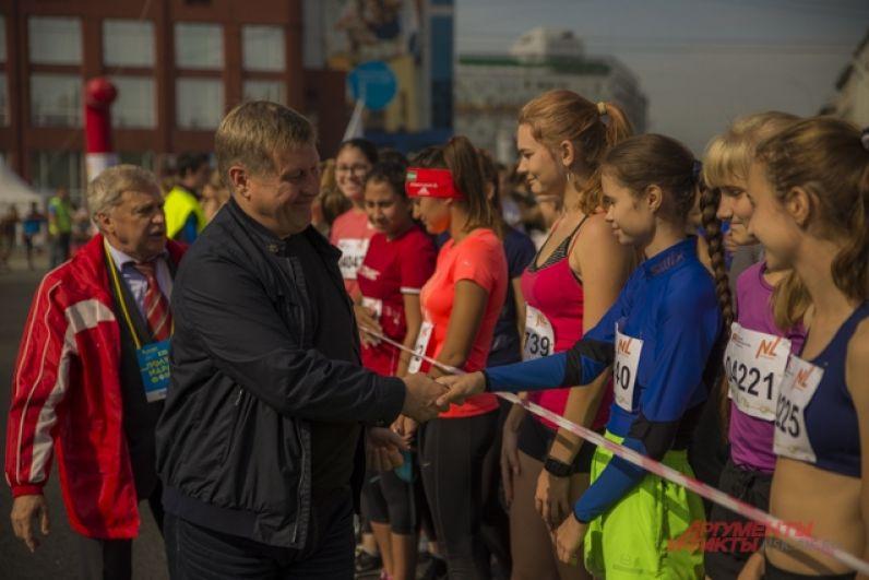 Мэр Новосибирска Анатолий Локоть тоже прибыл поддержать бегунов.
