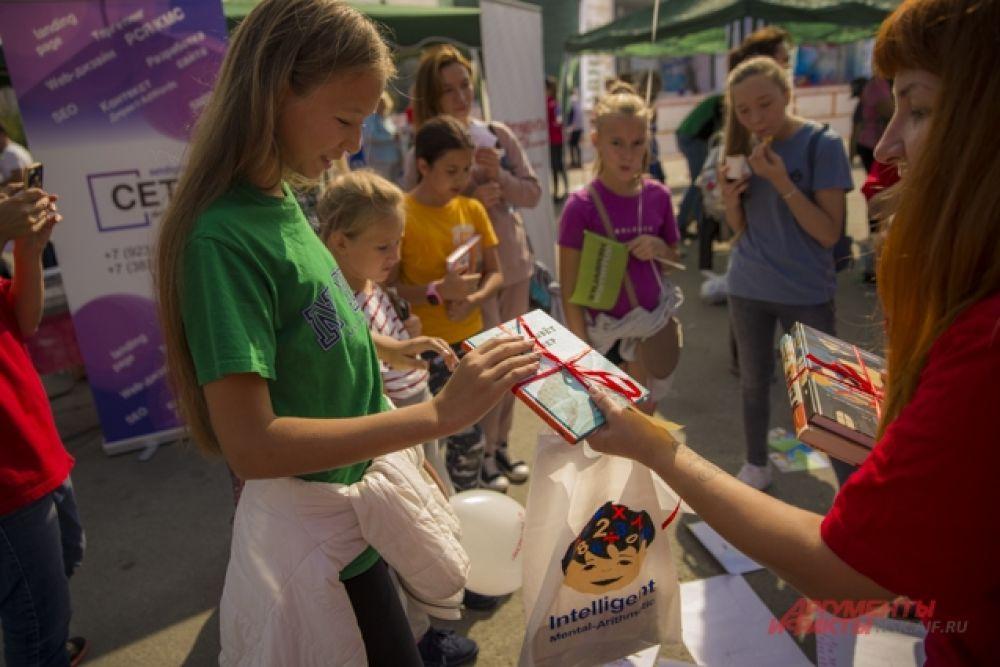 """Дети были очень счастливы получать призы - книги от Центра интеллектуального развития """"Memory up"""""""