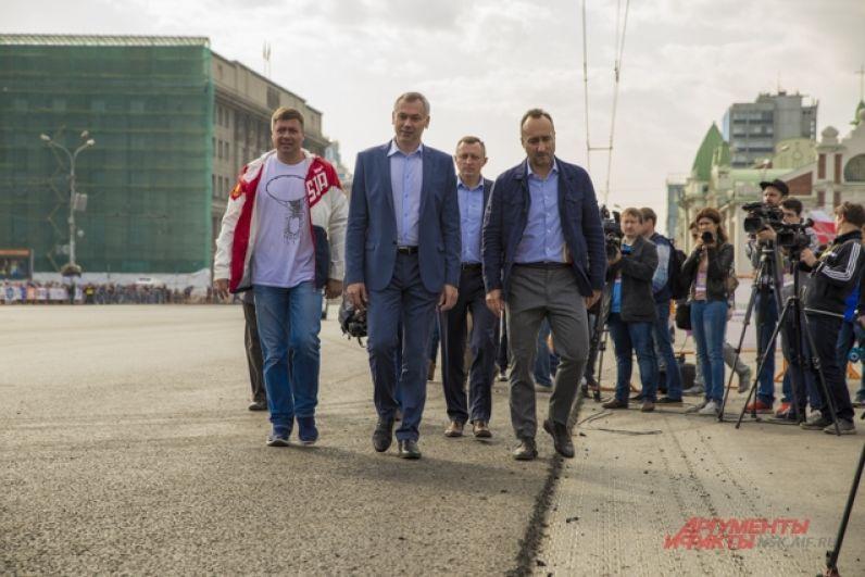 На большой спортивный праздник прибыл Андрей Травников.