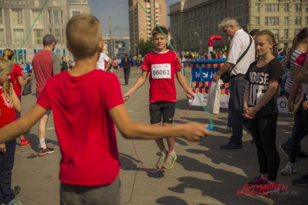 Особенно детям понравились состязания по прыжкам на скакалке.