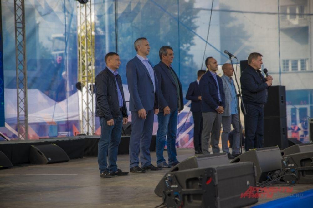 Организаторы мероприятия, первые руководители города и области поздравили участников с праздником.