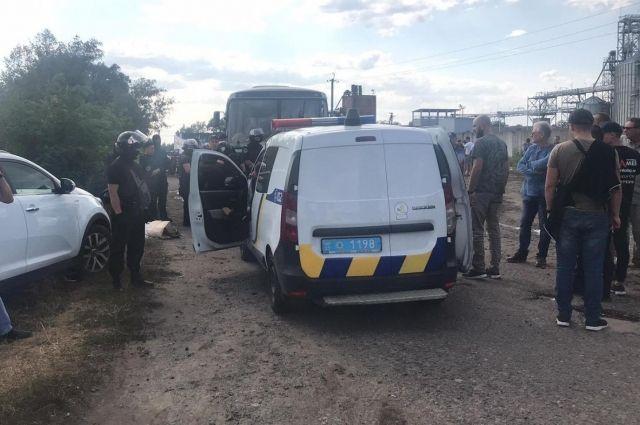Под Харьковом неизвестные захватили предприятие и открыли огонь по людям