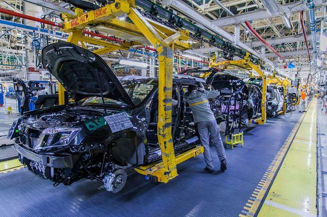 Одна из особенностей работы на заводе: сборка машин осуществляется на ходу.